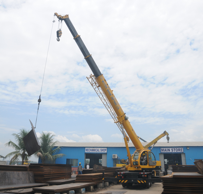 Mobile crane lifting steel plate